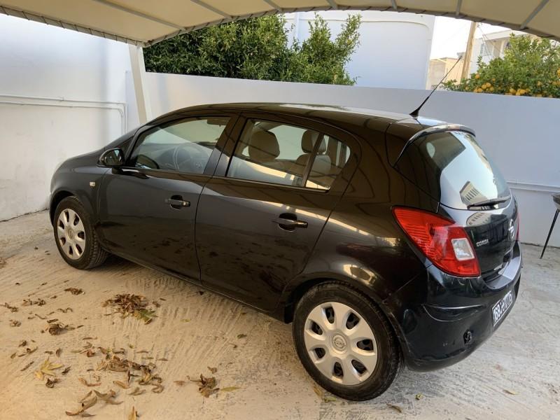 Opel corsa noire  en très bon état 60000km